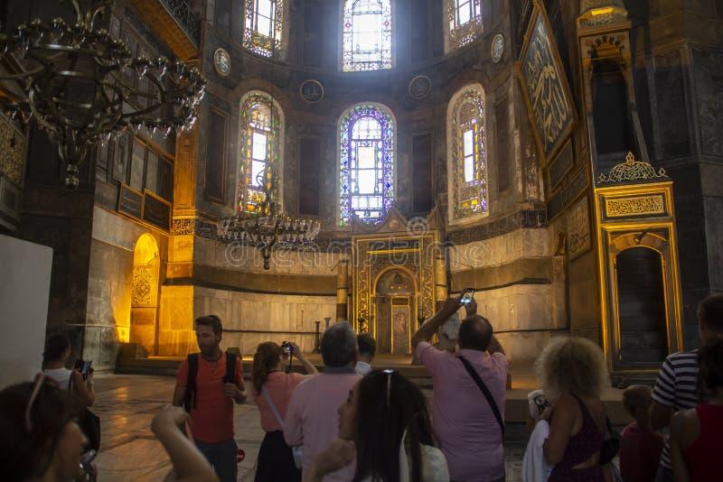 Голубая мечеть, туристы фотографирует интерьер стоковая фотография