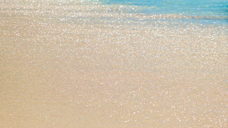 Голубая океанская волна на песчаном пляже, предпосылке морской воды, концепции каникул стоковые изображения rf