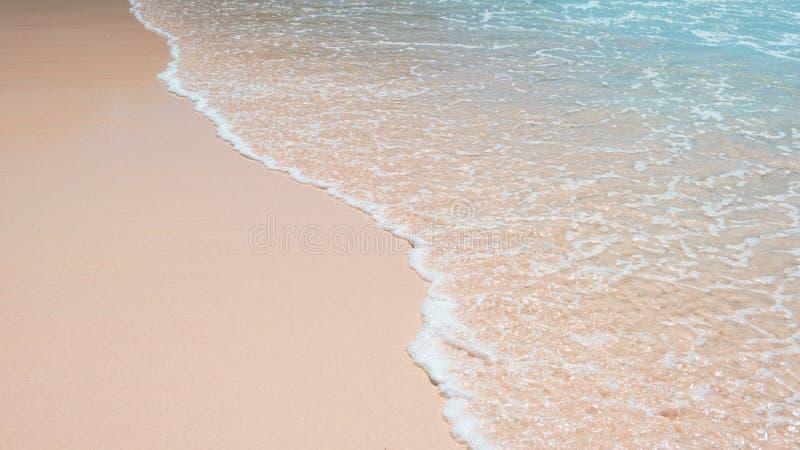 Голубая океанская волна на песчаном пляже стоковые изображения