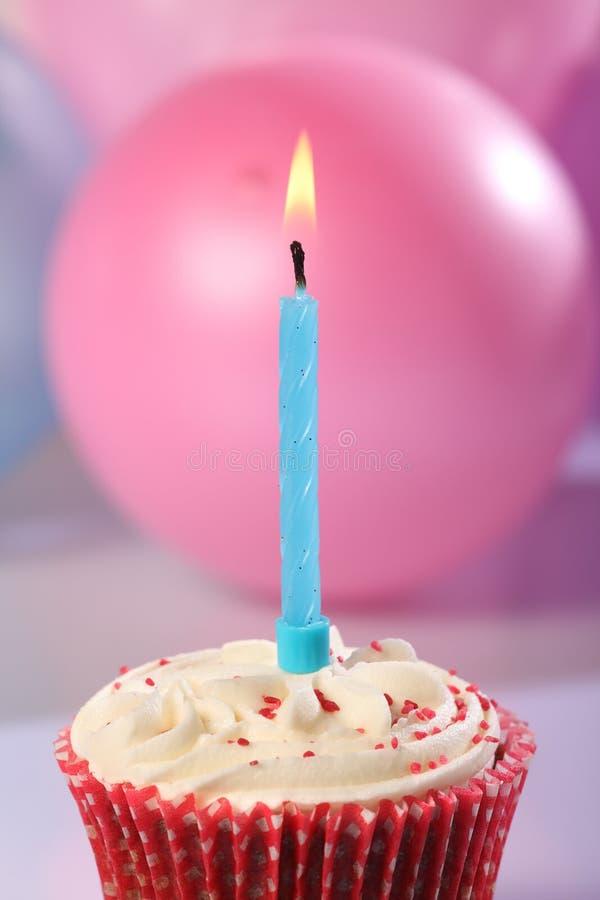 голубая партия мужчины чашки свечки торта горения стоковое изображение