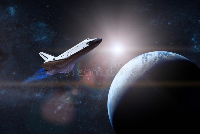 голубая планета земли Космический летательный аппарат многоразового использования принимая на полет Elemen стоковые фото