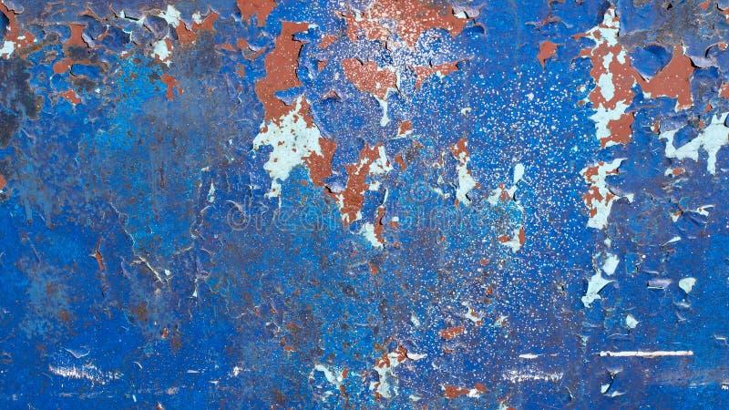 Голубая покрашенная предпосылка металла, с много краски отказов, слезать и шелушиться Заржаветая текстура стоковые изображения rf