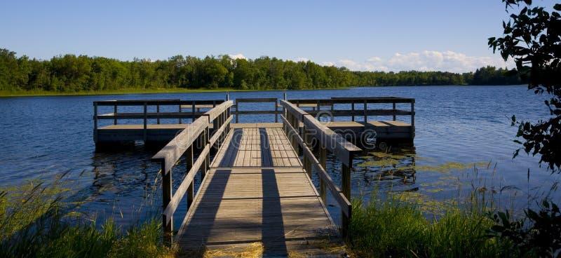 голубая пристань озера рыболовства стоковое изображение