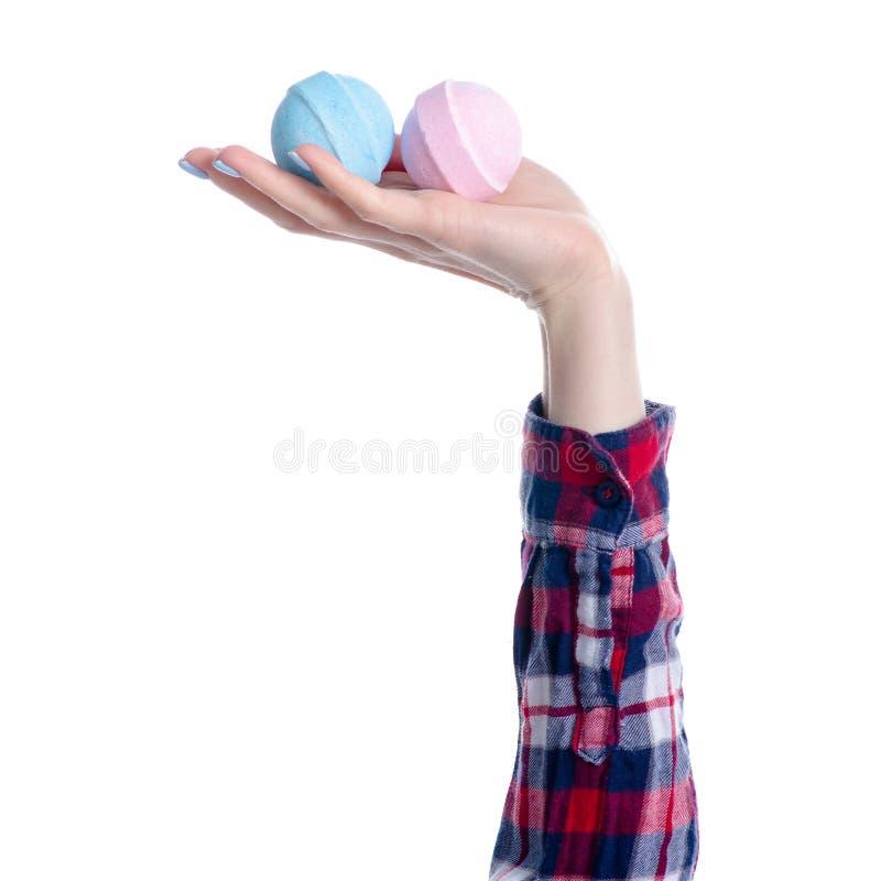 Голубая розовая бомба для ванны в руке стоковые изображения