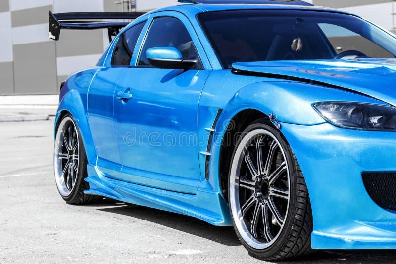 Голубая спортивная машина на пути гонки Захват крупного плана стоковые фотографии rf