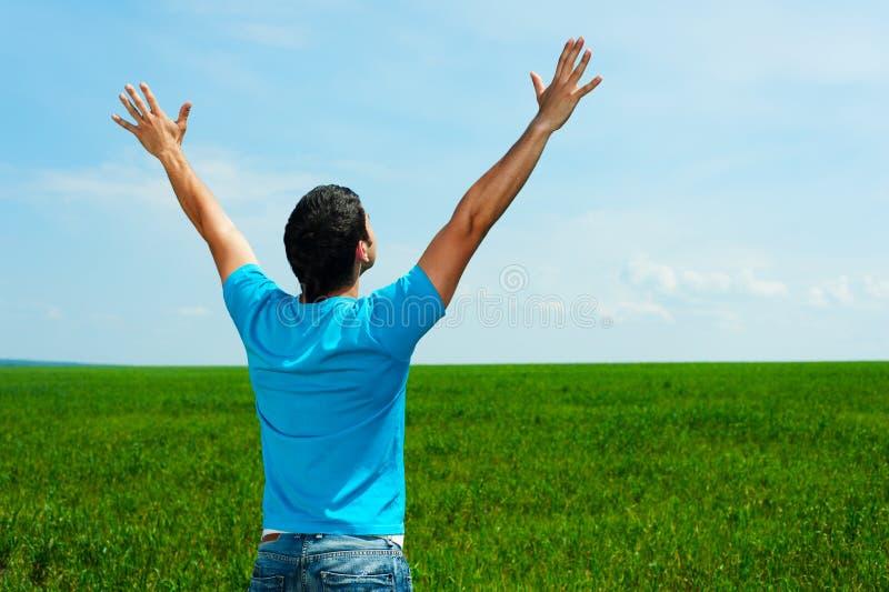 голубая счастливая рубашка t человека стоковые изображения