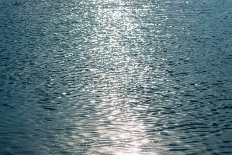Голубая текстура моря с отражением солнечного света стоковое фото