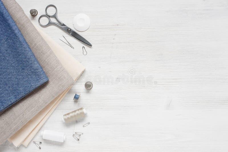 Голубая ткань и шить инструменты стоковое изображение