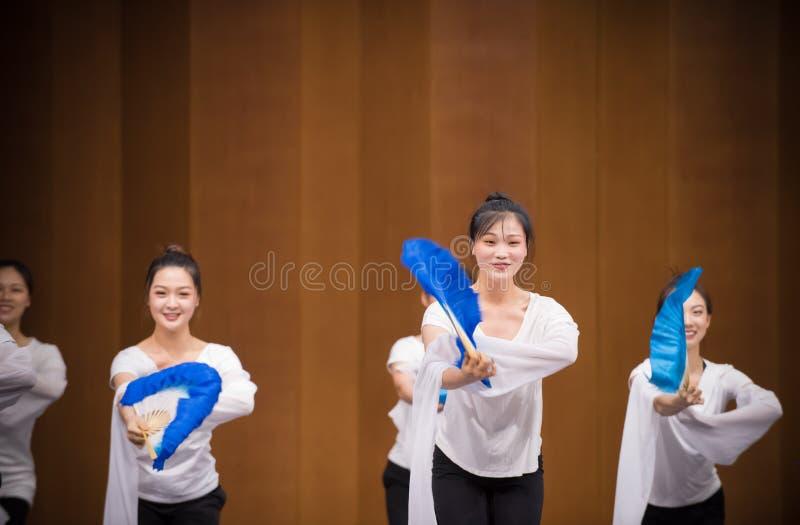 Голубая тренировка позиции танца вентилятора 5-National шелка стоковые изображения rf