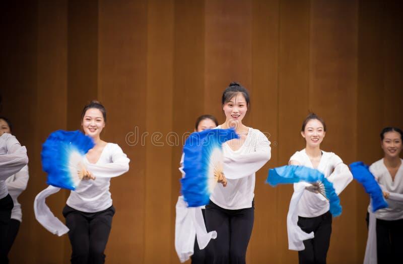 Голубая тренировка позиции танца вентилятора 6-National шелка стоковое фото rf