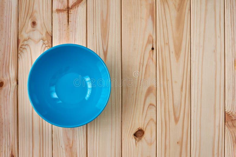 Голубая чистая плита на деревянной предпосылке с космосом экземпляра стоковые изображения