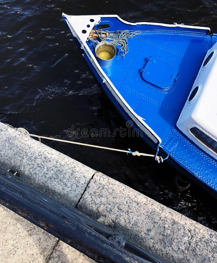 Голубая шлюпка на воде в центре города стоковая фотография