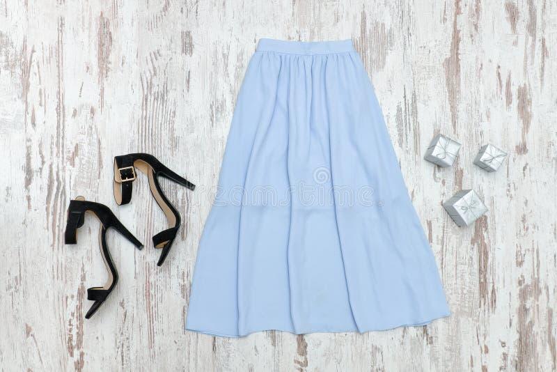Голубая юбка midi и черные ботинки модная концепция стоковое фото rf