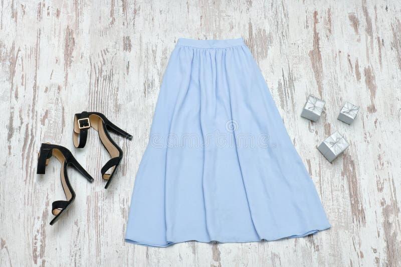 Голубая юбка midi и черные ботинки модная концепция стоковое изображение