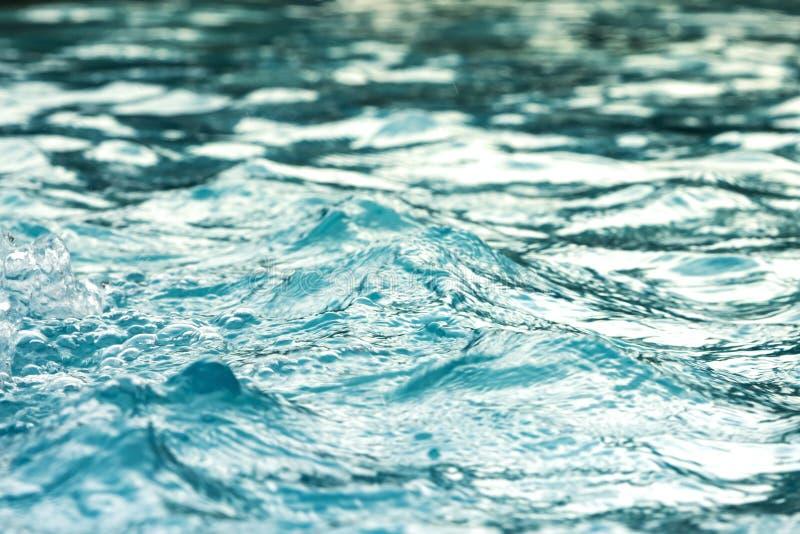 Голубая ясная свежая вода Предпосылка массажа спа стоковые изображения rf