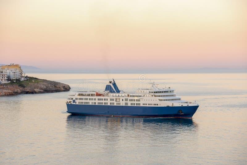 Голубое белое перемещение парома от порта Rafina к эгейскому стоковое фото rf