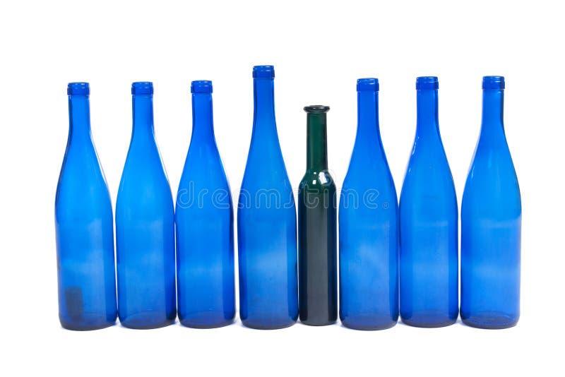 голубое вино рядка бутылок стоковое изображение