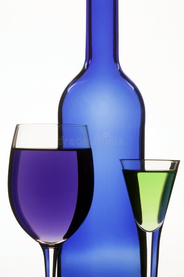 голубое вино темных стекел 2 бутылки стоковые изображения