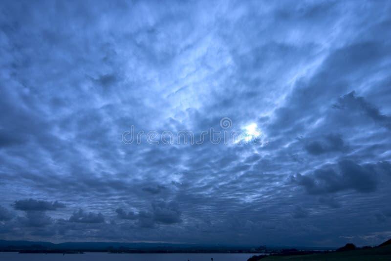 голубое глубокое небо стоковое изображение rf