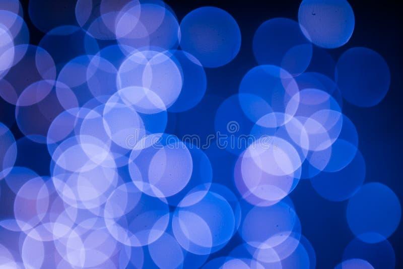 Голубое и розовое bokeh рождественской елки на черной предпосылке defocused блестящих светов, концепции картины предпосылки рожде стоковое изображение rf