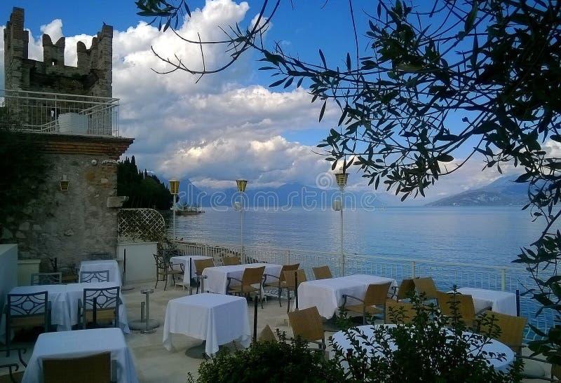 Голубое кафе пляжа озера стоковое фото