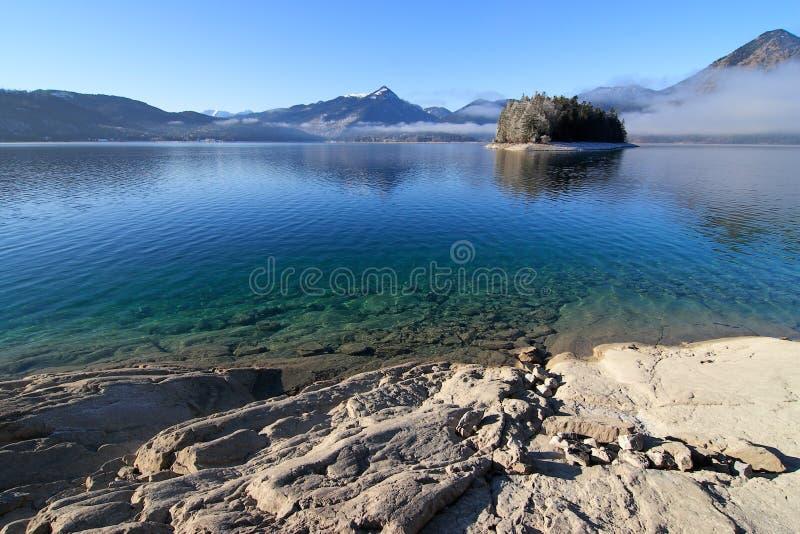 Голубое красивое озеро на зиме стоковое изображение