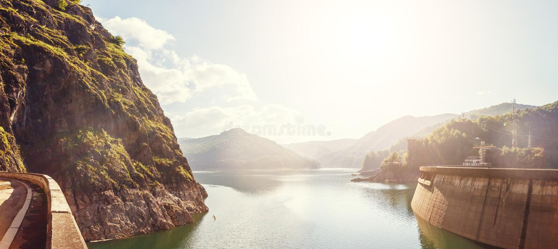 голубое лето неба пейзажа зеленого цвета поля озера и запруды Vidraru накаляя в солнечном свете творческое изображение положение  стоковое фото rf