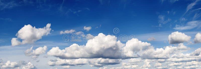голубое лето пасмурного неба стоковая фотография rf