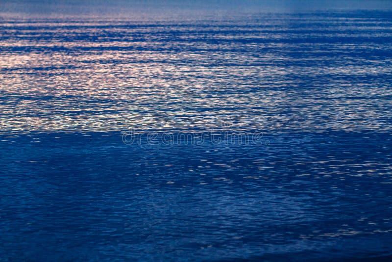 Голубое море зарево солнца на затишье воды стоковое изображение rf