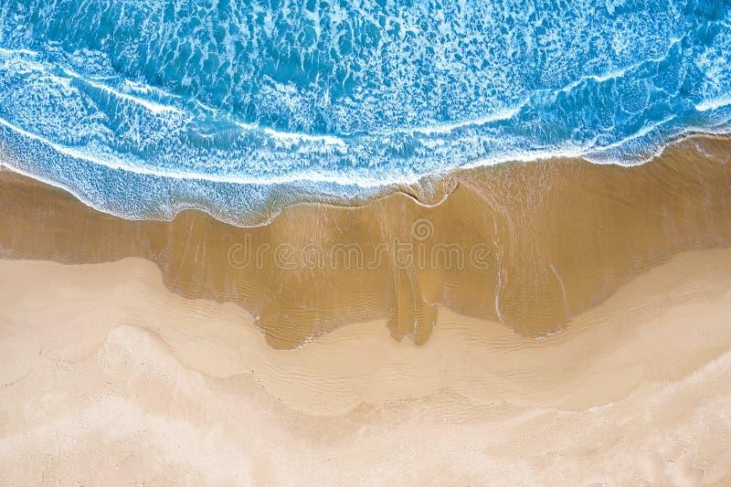 Голубое море на пляже увиденном сверху стоковая фотография
