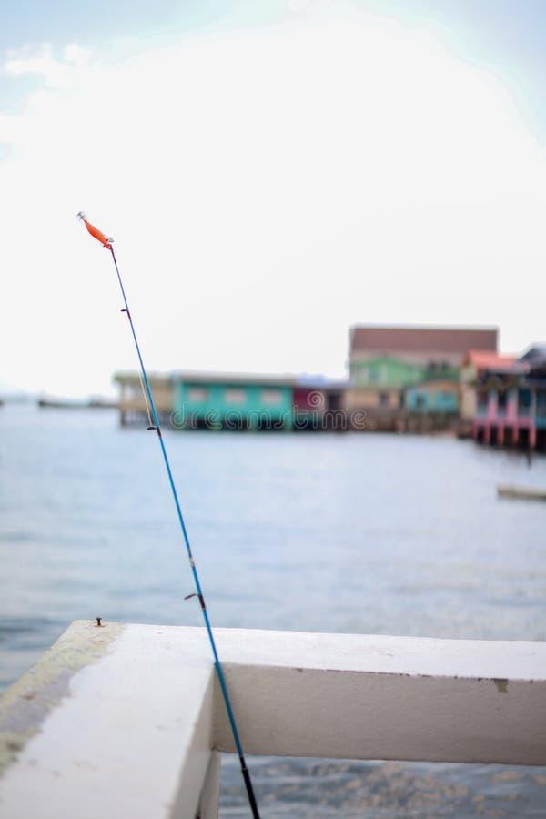 Голубое море, путешествие шлюпки и там виллы с видом на море и хижины удить стоковая фотография