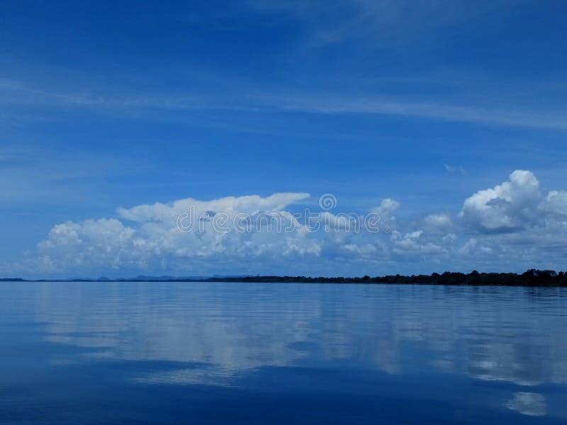 Голубое небо, большой глубины стоковое изображение