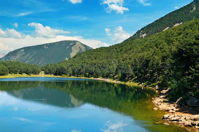 голубое небо гор озера стоковое изображение rf