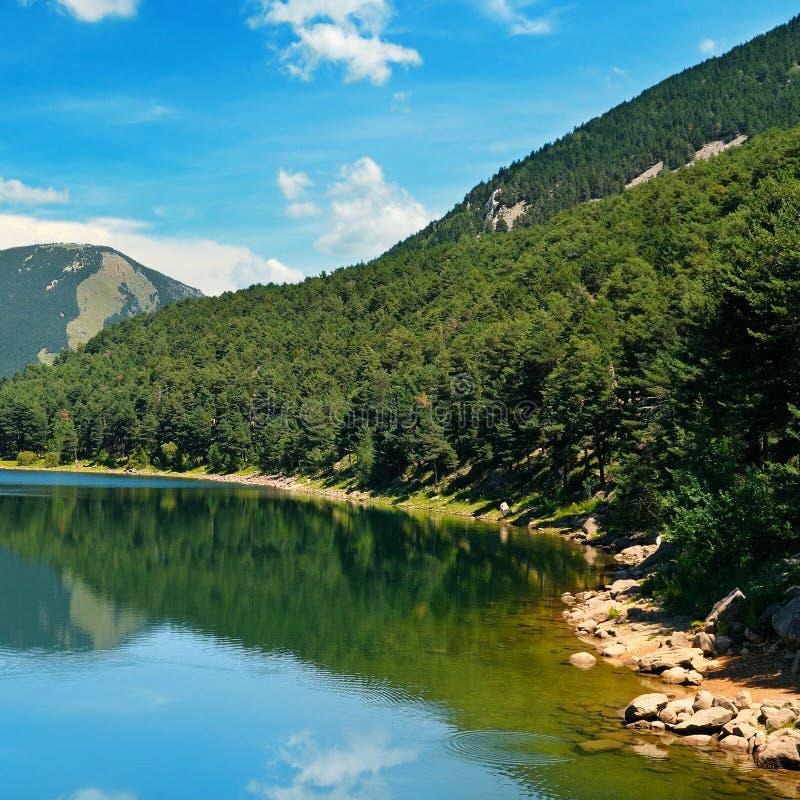голубое небо гор озера стоковые изображения