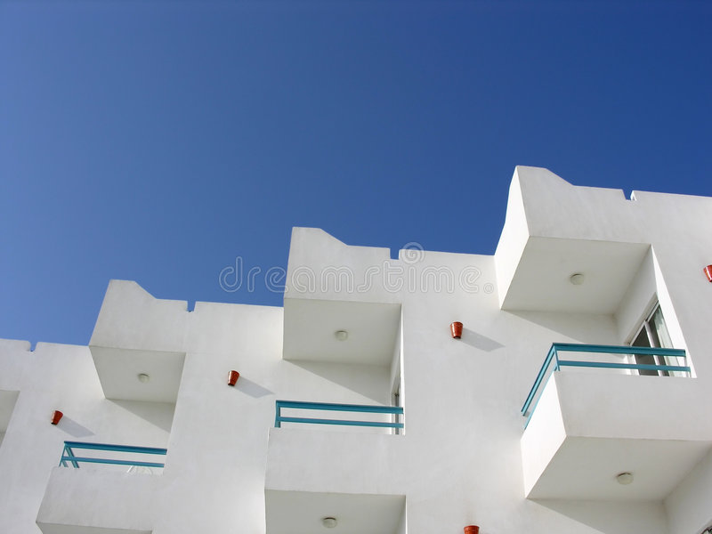 Download голубое небо гостиницы стоковое фото. изображение насчитывающей строя - 489216