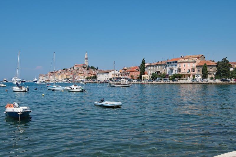 Голубое небо думая в хорватской гавани Rovinj, рыбном порте на западном побережье Хорватии стоковые фотографии rf