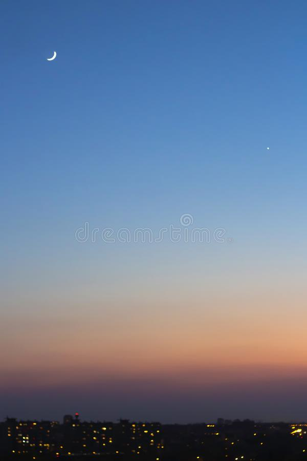 Голубое небо захода солнца с полумесяцем стоковые фотографии rf
