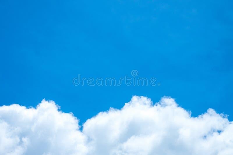 Голубое небо и белое облако день солнечный Облако кумулюса стоковые изображения
