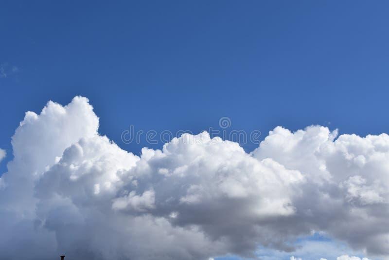 голубое небо и белые облака красивые стоковое фото