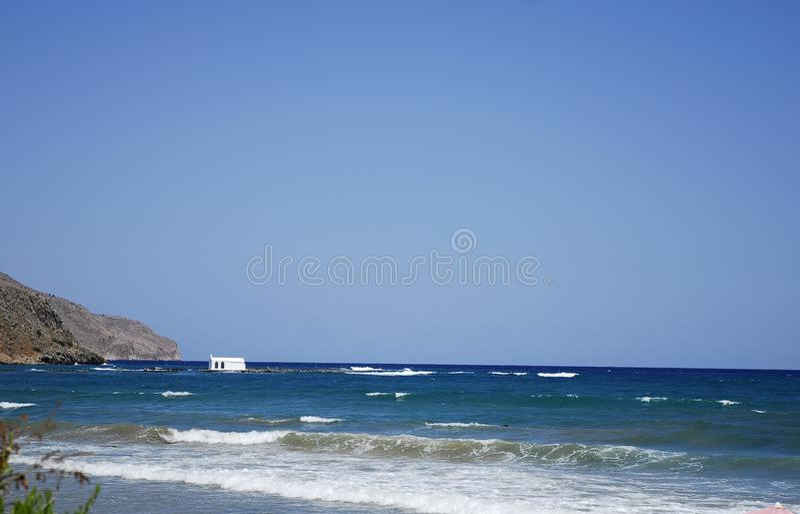 Голубое небо и зеленое Эгейское море стоковые изображения