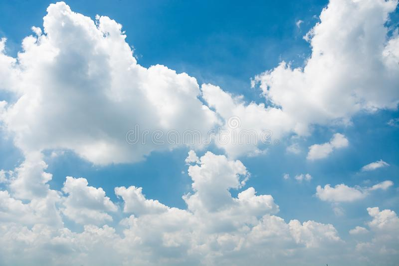 Голубое небо и крошечные облака стоковое изображение rf