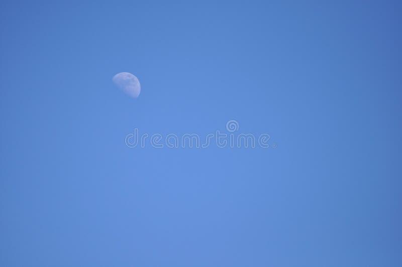 Голубое небо и луна стоковые изображения rf