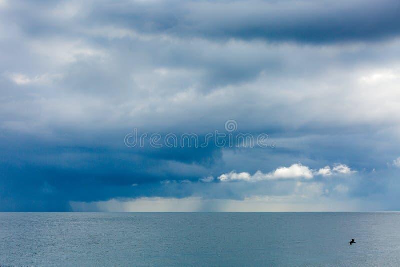 Голубое небо и море перед штормом стоковые фотографии rf