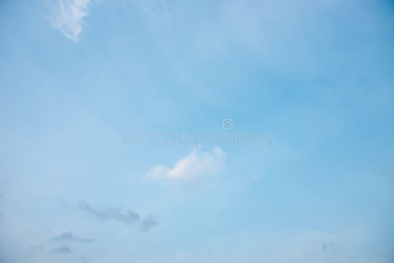Голубое небо и облако whit на предпосылке, естественной картине стоковое изображение