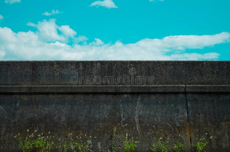 Голубое небо и стена на улице Токио, Японии Япония использовала для того чтобы закрыть страну от любой из зарубежных стран во вре стоковые фото