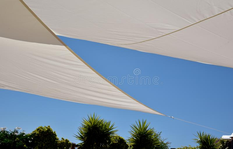 Голубое небо и тент для солнца стоковые фотографии rf