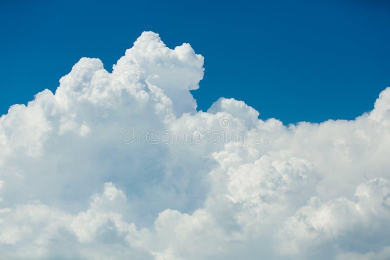 Голубое небо, красивые массивнейшие белые облака стоковые изображения rf