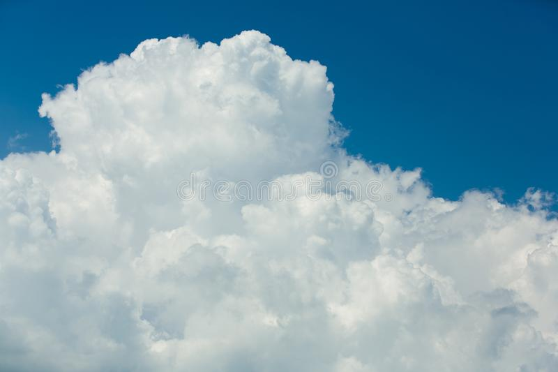 Голубое небо, красивые массивнейшие белые облака стоковая фотография rf