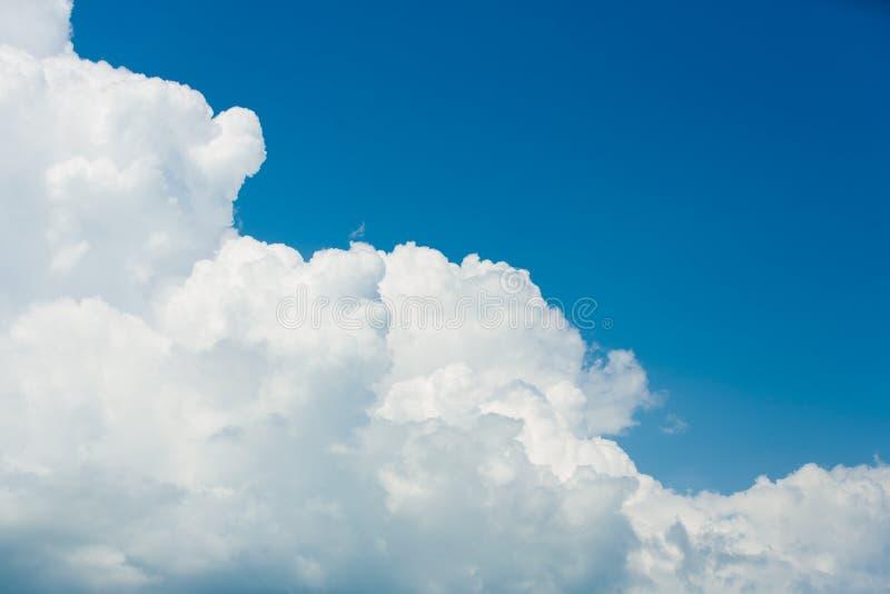 Голубое небо, красивые массивнейшие белые облака стоковое фото
