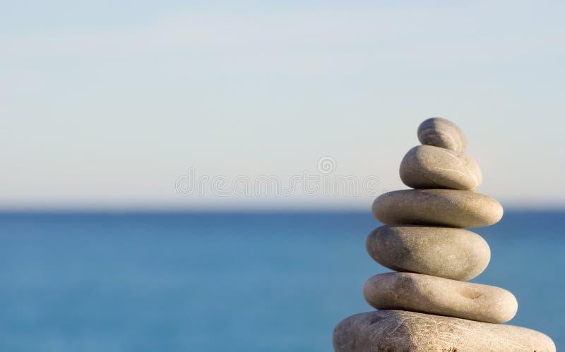 голубое небо моря камушков стоковые фото